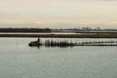 Visser die de netten controleren dichtbij Treporti, Italië Stock Foto's