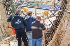 Visser die de netten herstellen alvorens de haven te verlaten Stock Foto's