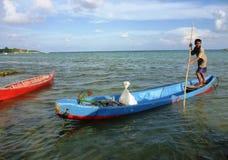 Visser die een sampanboot roeien Stock Afbeeldingen