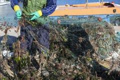 Het herstellen van visserijnetten Stock Foto