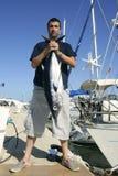 Visser die grote speltonijn op Middellandse-Zeegebied vist stock foto