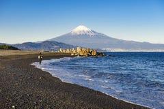 Visser die in Miho No Matsubara Beach met Fuji-Bergachtergrond vissen, Shizuoka, Japan Royalty-vrije Stock Afbeelding
