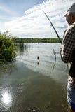 Visser die op een rivierbank vist Royalty-vrije Stock Foto's