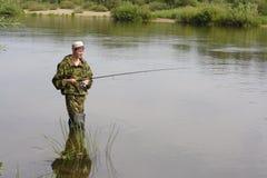 Visser die op kalme rivier vist Royalty-vrije Stock Afbeelding