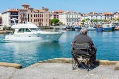 Visser die in Saint-Jean DE Luz - Ciboure-haven vissen Aquitaine, Frankrijk Stock Foto's