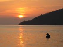 Visser die tijdens zonsondergang vissen Stock Afbeelding