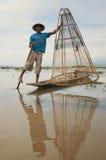 Visser die Zijn Boot op Meer Inle in Myanmar stelt stock foto's