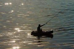 Visser in een boot op het meer Royalty-vrije Stock Foto