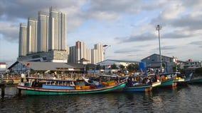 Visser en wolkenkrabber in Djakarta Indonesië stock videobeelden