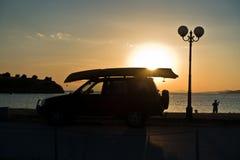 Visser en zijn auto bij zonsondergang bij Toroni-strand, Sithonia stock fotografie