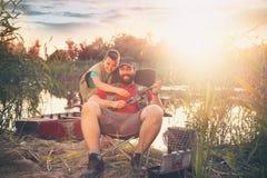 Visser en zoon samen gelukkig bij de visserij stock foto's