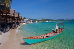 Visser met boot op het aardige strand Stock Afbeelding