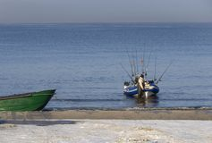 Visser met een boot en hengels op de kust van de Oostzee op een zonnige dag in de stad van Klaipeda, Litouwen stock afbeeldingen