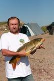 Visser met een grote karper Stock Fotografie