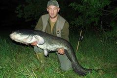 Visser met grote vissen Stock Afbeeldingen