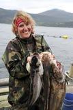 Visser met zijn in hand vangst. Noorwegen Stock Afbeeldingen
