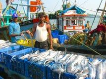 Visser met zijn vangst Stock Foto