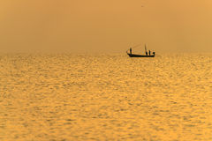 Visser op de boot over dramatische zonsondergang Royalty-vrije Stock Foto