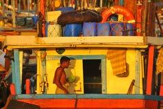 Visser op de boot (Tangalla, Sri Lanka, Azië) Stock Foto