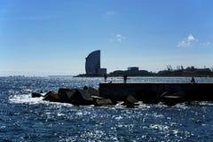 Visser op de pijler bij de kust van Barcelona in 20 September 2017 Royalty-vrije Stock Afbeelding