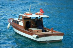 Visser op de Rivier van Bosporus in blauwe wateren stock foto