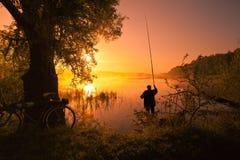 Visser op het meer bij zonsondergang Royalty-vrije Stock Afbeelding
