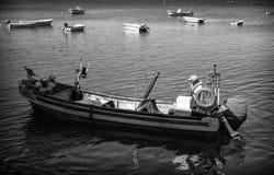 Visser op zijn boot tijdens een werkdag stock fotografie