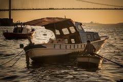 Visser Rowing bij Zonsondergang op een Roeiboot royalty-vrije stock afbeelding