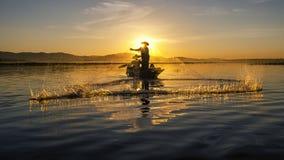 Visser van Aziatische mensen bij Meer in actie wanneer visserij Stock Foto's