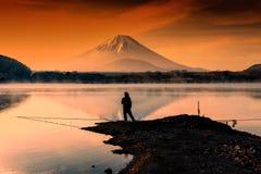 visserij bij Meer tegen MT Fuji bij dageraad Stock Fotografie