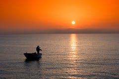 Visserij bij zonsondergang stock foto's