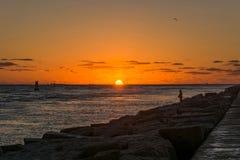 Visserij bij zonsopgang stock afbeelding