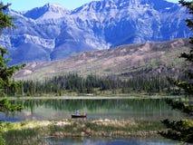 Visserij in de Canadese Rotsachtige Bergen Stock Foto