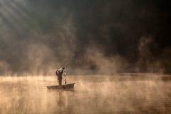 Visserij in de mist Stock Fotografie
