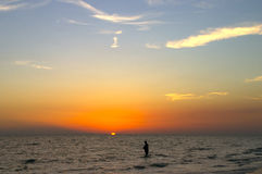 Visserij in de zonsondergang Royalty-vrije Stock Fotografie
