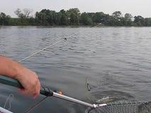 Visserij in een boot op de rivier stock video