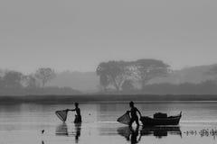 Visserij in een de winterochtend Stock Fotografie