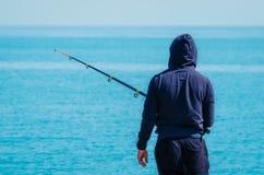 Visserij in een golfbreker stock foto's