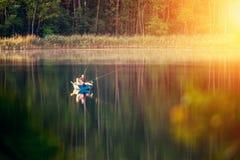 Visserij in een meer bij zonneschijn royalty-vrije stock fotografie