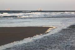 Visserij en gasextractieinstallatie dichtbij Ameland-Strand Stock Foto's