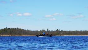 Visserij en roeien in Minnesota De mens en de jongens genieten van een dag op een mooi meer stock footage