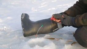 Visserij in het gat in de winter Close-up stock videobeelden