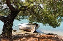Visserij het houten boot reasting op de kust Royalty-vrije Stock Afbeeldingen