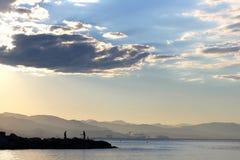 Visserij in het overzees bij zonsopgang Stock Foto's