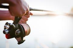 Visserij, hobby en recreatief concept - vissers stock foto