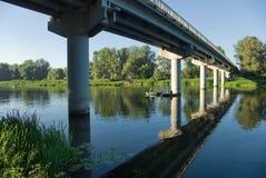 Visserij onder de brug. Stock Fotografie