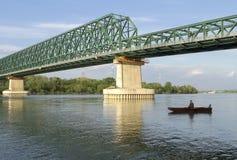 Visserij onder de brug stock foto's