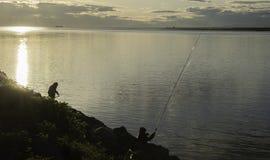 Visserij onder zonsondergang Stock Fotografie