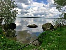 Visserij op de achtergrond van een schilderachtig landschap met een clou Royalty-vrije Stock Foto's