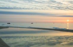 Visserij op de overzeese kleurrijke zonsopgang Royalty-vrije Stock Afbeeldingen